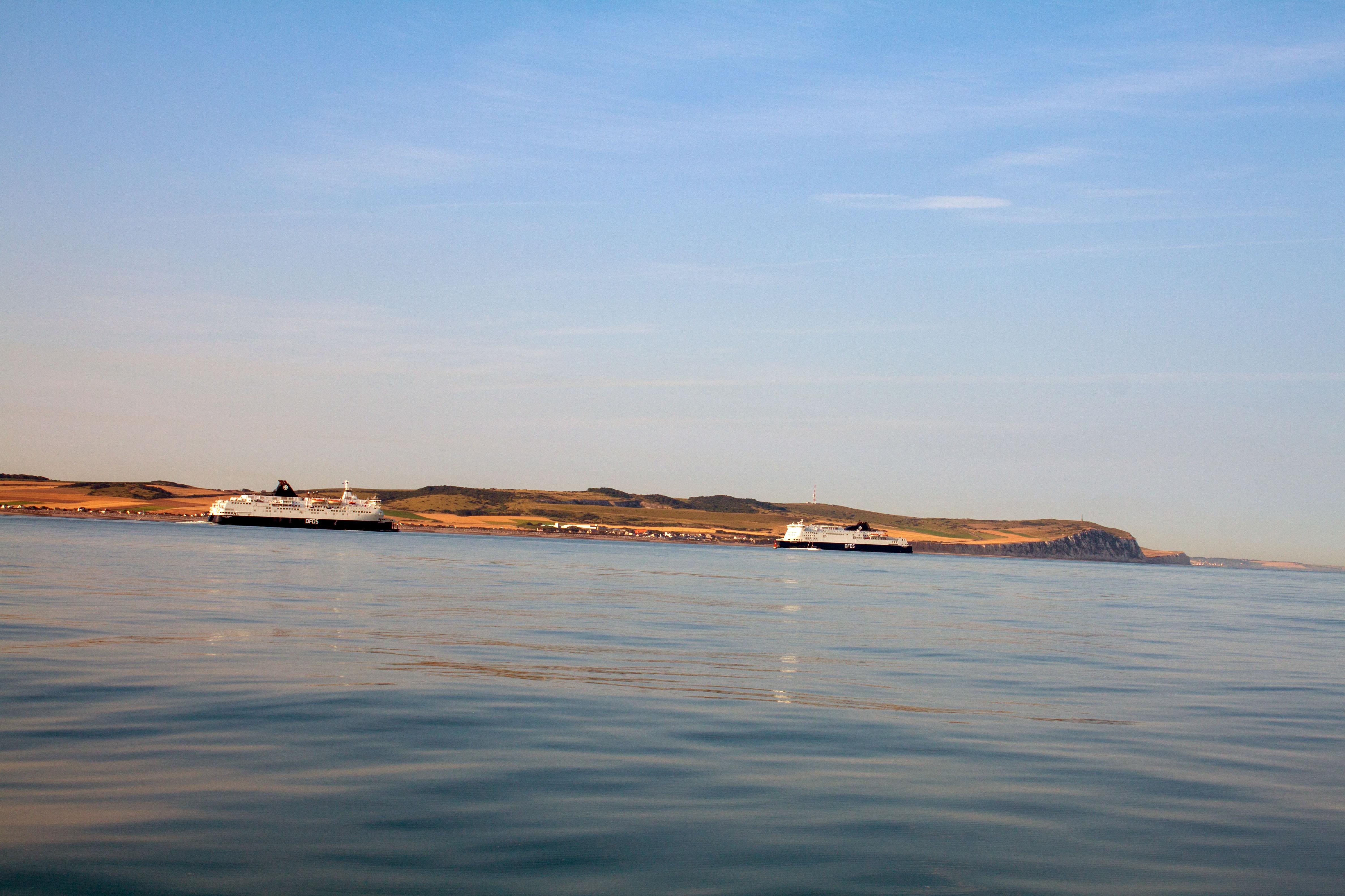 Auf dem Weg nach England . Fähren vor Calais